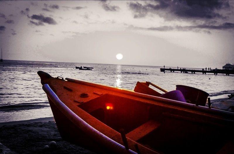 Cette photos a été prise aux Antilles Françaises pendant un coucher de soleil avec une yole de peche sur le sable. Schoelcher By Night Sunlight ☀