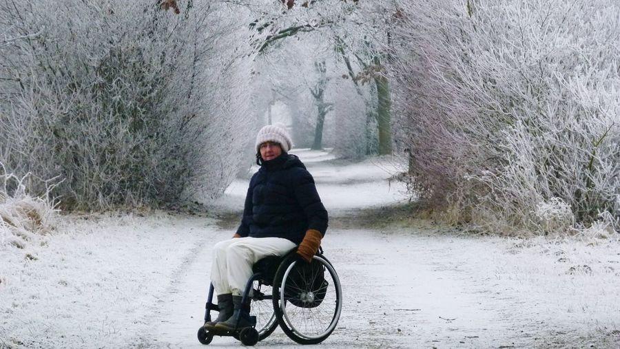 tiefgefrorene, stille Landschaft und wir mittendrin.... Cold Temperature Winter Morning Wintertime Cold Day Frosty Morning Winter Tree Wheelchair Snow ❄ Winterwonderland Winter Landscape