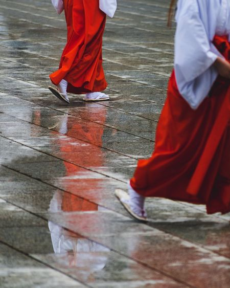 @itchban / itchban.com Japan Shrine Shrine Of Japan Tokyo Tokyo,Japan Clothing Day Human Leg Low Section Rain Real People Red Reflection Religion Walking Water The Street Photographer - 2018 EyeEm Awards The Traveler - 2018 EyeEm Awards