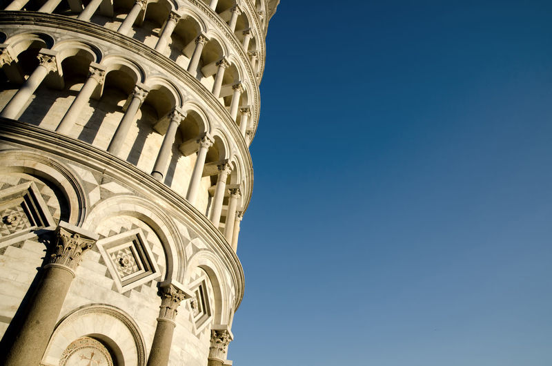 Leaning tower of pisa against blue sky