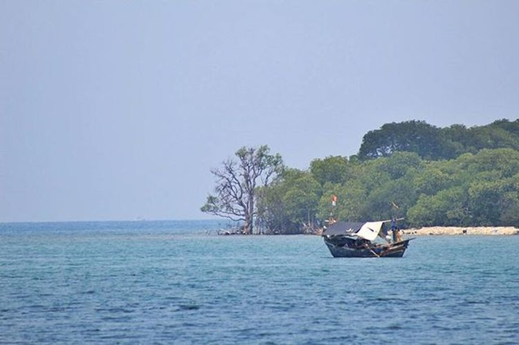 Mencari sesuap nasi di tengah lautan Landscape Laut Mytrip MyAdventure INDONESIA BeautifulIndonesia Instatravel Photooftheday BeautifulIndonesia Perahu Jalanjalan Nelayan Pulaupari KepulauanSeribu