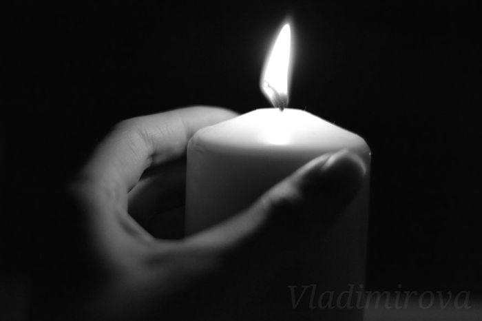 свеча пламя рука фото