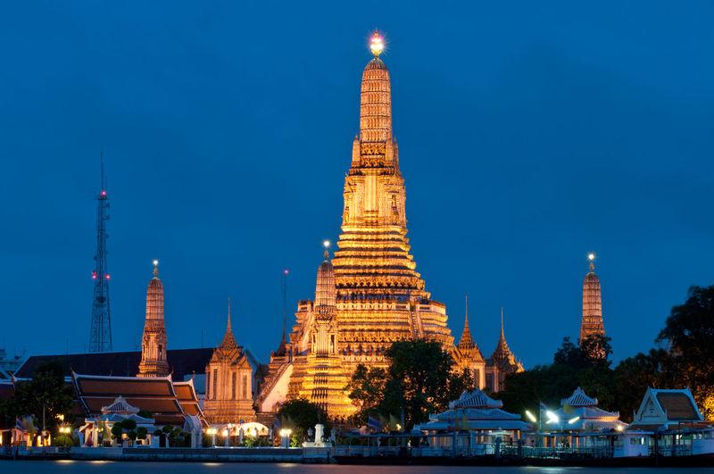 Illuminated wat arun temple against sky at dusk