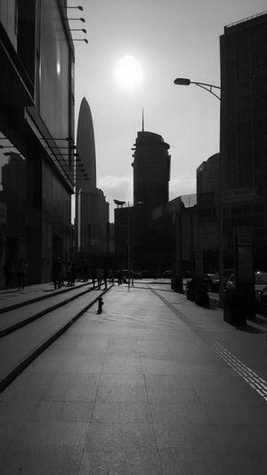 艳阳下,有着曾几何时。是吾家,已过境迁之地。 Black And White Light And Shadows Taking Photos
