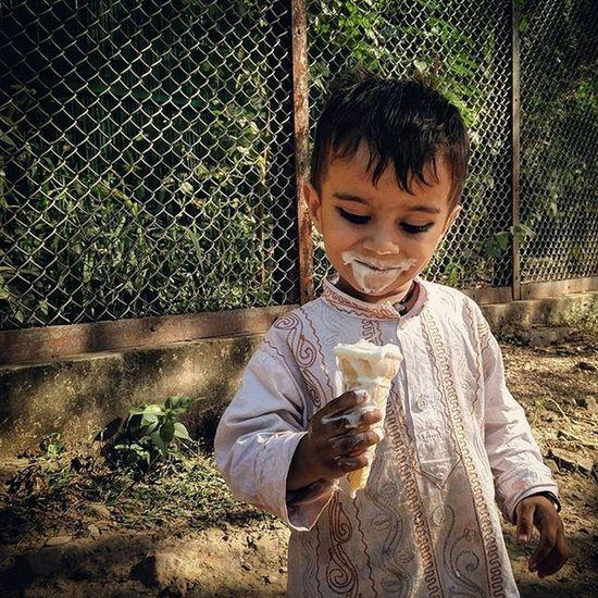 An Indian boy enjoys an ice cream in Delhi, India. Everydayeverywhere Dailylife Photojournalism Journalism Indiaphotoproject Reportagespotlight _soi Dfordelhi Sodelhi DelhiGram Delhi Newdelhi ASIA India