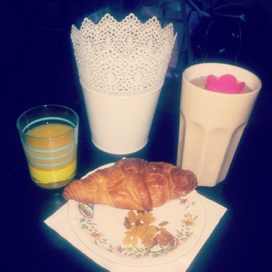 Breakfast of the day Tea Detox Kusmitea Croissant raisin orangejuice