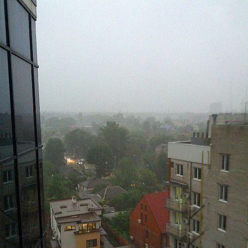 Тот же дождик в Харьков -е. Там где то виднеется колесо обозрения стоящее в парке Горького