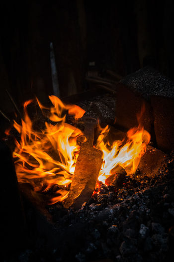 Eisen schmieden solange es heiß ist Eisen Im Feuer Burning Close-up Flame Heat - Temperature Night No People Outdoors