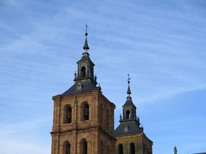 Campanarios de la fachada principal de la catedral de Astorga. Sin edición. Architecture No Filter, No Edit, Just Photography