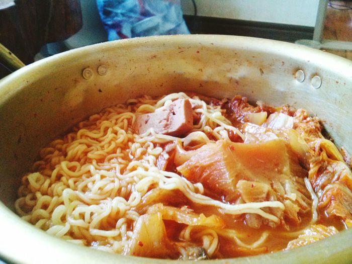 주말에 집내려가서 아침에먹은 김치찌개 사리는내가직접추가했다 집밥이최고여