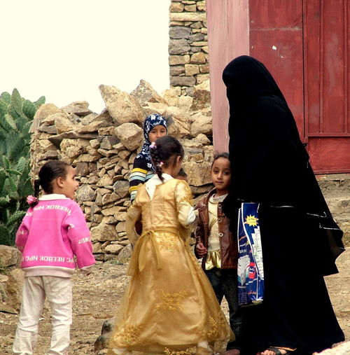YEMEN Yemen Adult Bambine Belief Child Childhood Clothing Family Females Girls Group Of People Lifestyles People Real People Religion Sculpture Sister Spirituality Statue Togetherness Traditional Clothing Women
