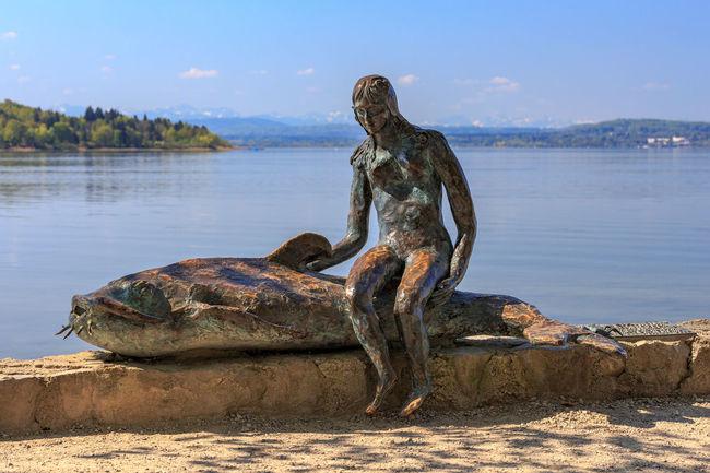 """Bronze-Skulptur """"Die Kleine Seejungfrau auf Waller Herrsching Meerjungfrau Seejungfrau Skulptur Wels Ammersee Art And Craft Day Fish Lake No People Outdoors Schlosspark Sculpture Seeufer Waller"""
