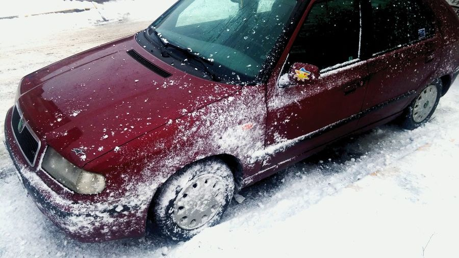 Snow funtime! Boys never grow up! :-D Skoda Felicia Snowfun!