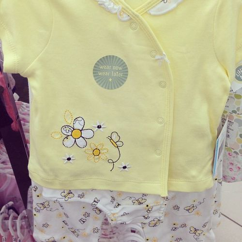 My exception to yellow (considering I'm not a big fan of yellow) Babygirl Babyclothes Babygirlclothes Onesie babyonesie babypants babyshirt daisies myfavflower bumblebee