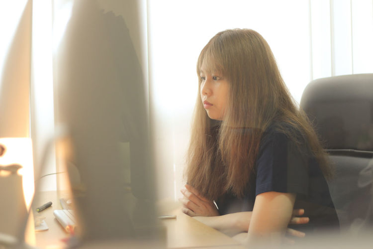 Officelife Office Work Working Thinking Imac Girl Women Sunset Warm ASIA Asian Girl Sad Lonely Ninetogethers 9togethers Relaxing Chilling Thailand Bangkok