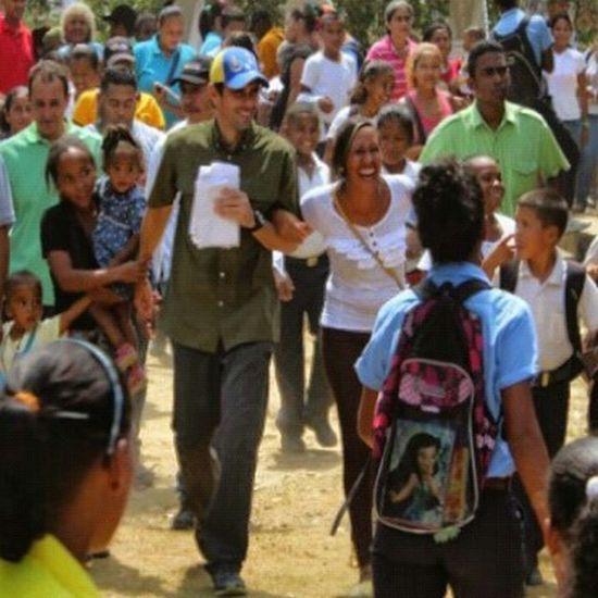 Taking Photos VenezuelaSomosTodos Venezuelaunida VenezuelaDespierta LosVenezolanosPuedenVivirMejor VenezuelaMuereTuCallas Insta_veEl miedo anda suelto Publicado el 24 de May, 2015 Todas las acciones que viene realizando el gobierno desde hace algún tiempo, dicen a las claras que se saben perdidos. Sus constantes huidas hacia adelante son muestra del estado de desespero que tienen, porque entienden que la calle y el apoyo de la gente ya no les pertenece. Ellos saben que nuestro pueblo perdió la credibilidad en un modelo corrupto e incapaz, que solo ha dejado cifras lamentables por las que somos noticia en el mundo, como tener la tasa inflacionaria más alta del mundo, ser el segundo país más violento de Latinoamérica, ser una nación marcada por colas interminables para adquirir productos básicos, ser titular de primera página en medios impresos internacionales por escándalos de corrupción y colocación de sumas mil millonarias en bancos de Andorra, España, Panamá y Luxemburgo, más el brutal endeudamiento al que han sometido el país. Ese temor que Nicolás y su grupo de enchufados sienten, debe ser el impulso para que crezca más nuestra esperanza y nuestra fuerza. Hechos como tener secuestrada la fecha de las Elecciones Parlamentarias y la designación de los diputados al Parlamento Latinoamericano a dedo, cuando la tradición que se estableció a través de la propia Asamblea Nacional Constituyente era que el Parlatino iba a ser electo por el pueblo venezolano, además de criticar las primarias de la Unidad, dejan en total evidencia que hace rato ya no son la tal mayoría que pregonaban. El miedo a perder el poder ha desatado los demonios del gobierno, más cuando una investigación del Centro de Estudios Políticos de la Universidad Católica Andrés Bello (UCAB), señala que 87% de los venezolanos asegura que votará en las parlamentarias. Dicho estudio también revela que a pesar de que los encuestados tienen desconfianza en el CNE, 69% otorga un amplio valor al voto. Los enchufad