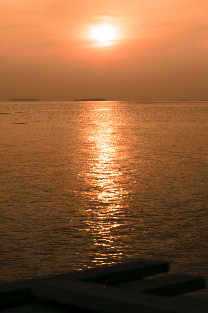sunset, scenics, beauty in nature, orange color, sea, sun, reflection, nature, water, tranquil scene, tranquility, idyllic, horizon over water, sky, sunlight, no people, beach, silhouette, outdoors