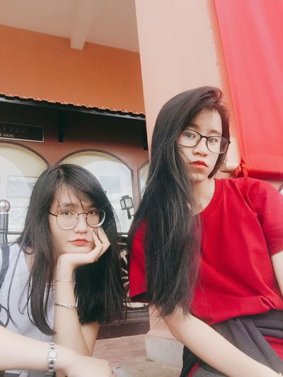 Có đc tấm chụp chung vs Alice rồi nè :)) Two People Togetherness Eyeglasses  Outdoors 很可爱 Lifestyles Young And Beautiful 胡志明 西贡 Corrugated Saigonese Triển Và Đồng Bọn 加油清泉 Young Swag Childhood Happiness Friendship Vietnamese Triển Freshness Outfit Outfitoftheday