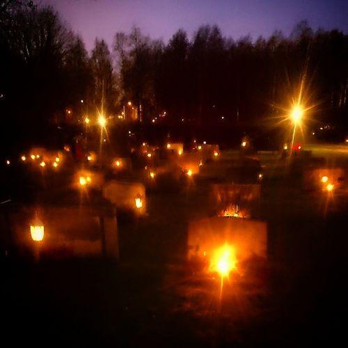 Mäktigt med alla ljus på kyrkogården idag. Allahelgonsdag