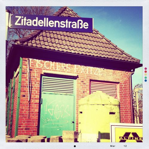 Stadtschönheiten Architecture Blauer Himmel Blue Sky Fischersfritz Hafen Harburg Haus House Moments No People Port Schild Sign Streetphotography EyeEmNewHere