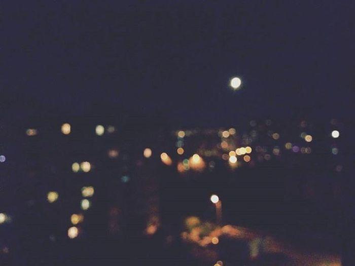 У меня дурацкая память. Я помню преимущественно ночи. Дни, свет - это быстро забывается, а вот ночи я помню прекрасно. Поэтому жизнь кажется мне полной огней. Ночь всегда празднична. Ночью люди говорят то, что никогда не скажут днем. Вы заметили, что ночью голоса у людей, особенно у женщин, меняются? Утром, после ночных разговоров люди стыдятся смотреть друг другу в глаза. Люди вообще стыдятся хороших вещей, например, человечности, любви, своих слез, тоски, всего, что не носит серого цвета.