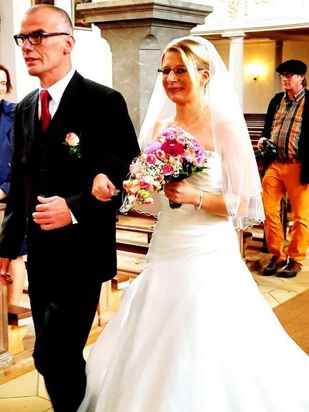 Hochzeit Women Vater Hochzeitskleid Suit Anzug Frau Braut Indoors  Men Flower Blumen People Deutschland Germany Christlichehochzeit Kirche Two People Love Married