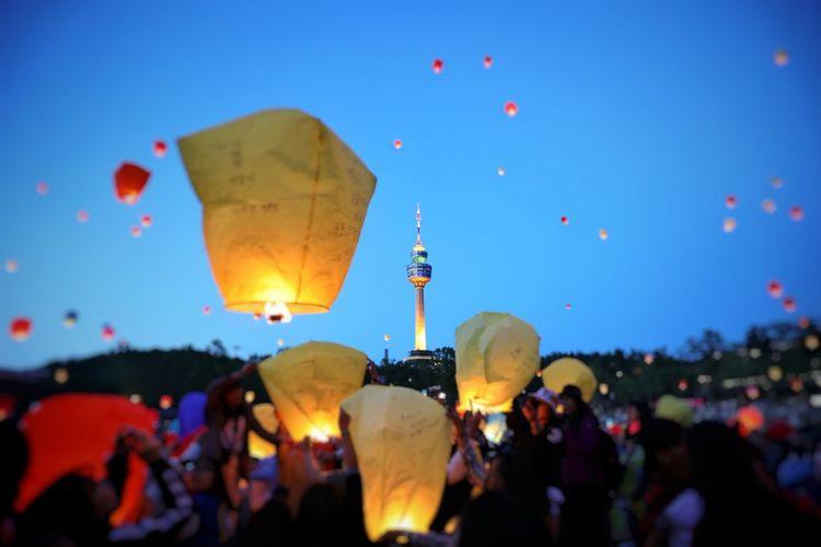 모두의 희망 바램 모두 이루어 지길 . . #하루한컷 #대구풍등축제 #풍등 #5DMARK4 #신계륵 #EF2470F28LIIUSM Crowd Hot Air Balloon Flying Men Multi Colored Celebration Traditional Festival Arts Culture And Entertainment City Ballooning Festival