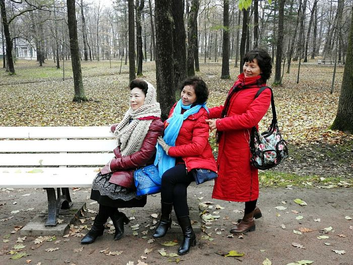 Snap A Stranger China Tourist Tree Togetherness Happy People Warm Clothing Autumn🍁🍁🍁 Smiling Nature Day People Petergof Happiness Real People Colors Of Sankt-Peterburg Sankt-Petersburg Russia