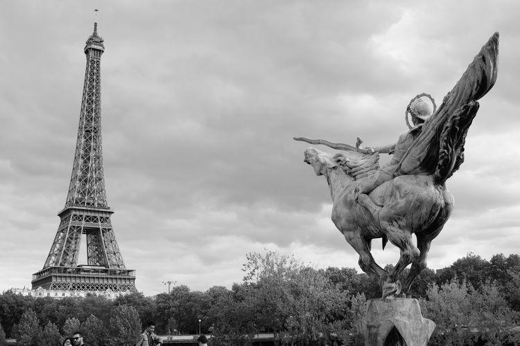 La Tour Eiffel Paris Paris, France  Seine River The Eiffel Tower Cloud - Sky No People Outdoors Sky Tree 埃菲尔铁塔 塞纳河 巴黎 法国