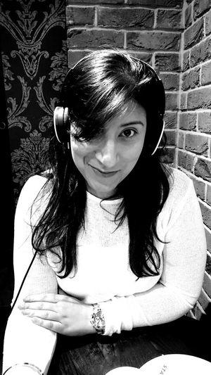 Portrait Looking At Camera Close-up Girlfriend Sikh Girl Music Listening To Music Listen To Music Beautiful Woman Long Hair Beautiful Eyes EyEmNewHere