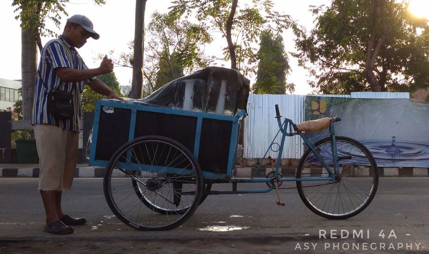Human Insterest .. Humaninterest Humaninterestphotography Humaninterestindonesia Humaninterestid Humaninterest_id Photography Photooftheday Gallery Photography Transportation Bicycle One Person Outdoors Day Standing Only Men Adults Only One Man Only Adult People Working