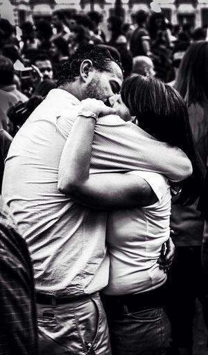 El beso en Madrid. Kiss in Madrid Streetphoto_bw Blackandwhite Kisses Monochrome