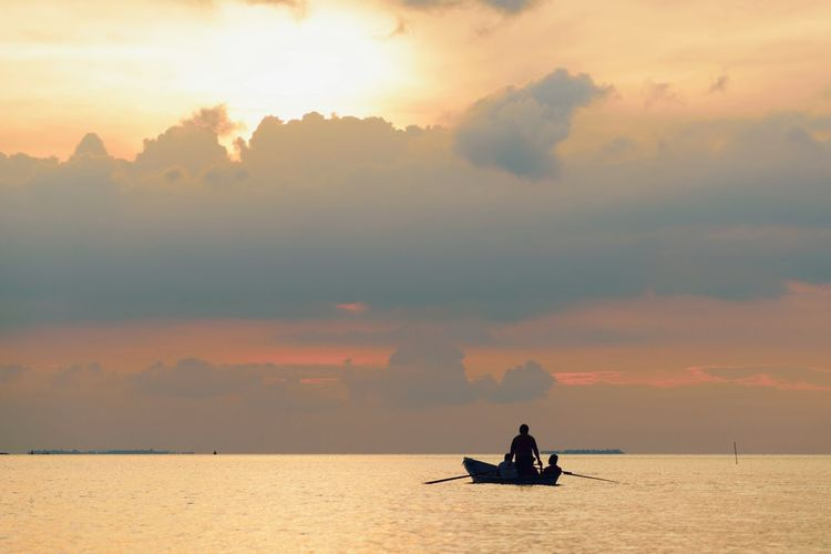 Travel Sunlight Freshness Boat Cloud Cloud - Sky Horizon Over Water Dramatic Sky Evening Evening Sky Evening Light Sunset Transportation Travel Nautical Vessel Water Sea Sunset Beauty Silhouette Business Finance And Industry Sunken Recreational Boat Motorboat Passenger Craft Ship Dramatic Sky Atmospheric Mood Seascape Passenger Ship