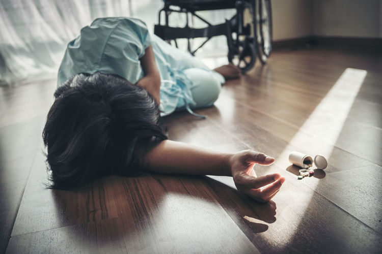 Disabled patient fallen from wheelchair by medicines due to heart attack