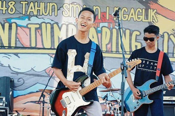 "Smansaga 48 Th Anniversary. Huhh maaf ada kesalahan teknis string gitar yang hijau putus. Tapi ngga masalah karena tetep masih bisa nyanyi bareng Smansaga Family dan orang yang emang sengaja kami ciptain lagu ""Selamanya Kawan"" diatas panggung, Smansaga pecahh, thks love! ❤❤❤😄🙏 Shot by : @ferdidhani_ Aatd Aatdmusic Allisatouchdown Indomusikgram Indovidgram IndieMusic Instamusic Igerssmayk Music Punk Pshycobilly Indonesiamusic Yogyakarta Smansaga48th Smg48th Smansagayk Anaksoksibuk Musiclife"