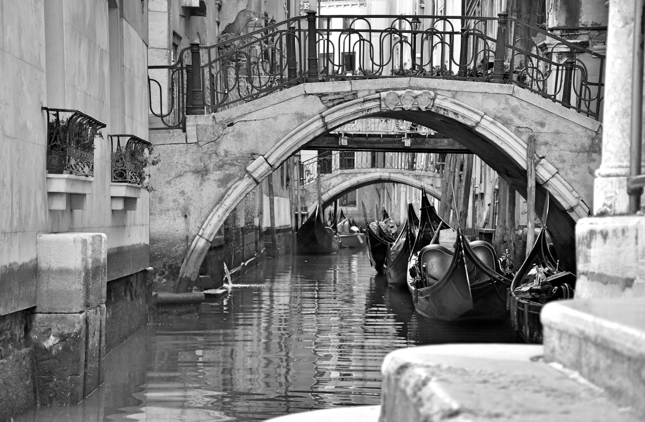 real people, architecture, built structure, lifestyles, building exterior, men, water, day, large group of people, women, outdoors, city, gondola - traditional boat, adult, people