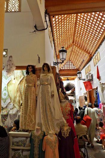 Boutiques Lampe Magasins Traditional Culture Artisanat Day Fashion Globe Indoors  Kaftan Lingerie Marchandises Maroc No People Rear View Retail  Souk Souks Morocaine Standing Ville Ancienne éclairage