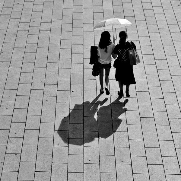 Creative Light And Shadow lucky to get both in similar posture Shadow Light Umbrella Girls Friends