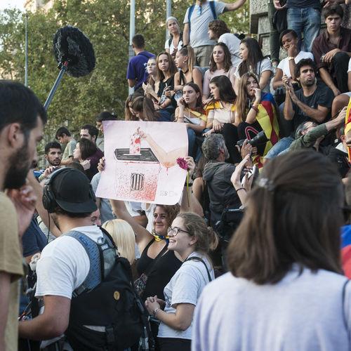 On vas amb les banderes i avions i tot el cercle de canons que apuntes al meu poble? On vas amb la vergonya per galó, i en el fusell, hi duus la por, que apuntes al meu poble? Llibertat Votarem Catalunya Barcelona Catalunya Lliure Votarésdemocràcia Catalunya Is Not Spain Democracia Stop Fascism 1oct Catalunya Independent Adeu España Hablamesinpalabras Momentos Vidas Privadas My Point Of View Barcelona Stop Fascismo