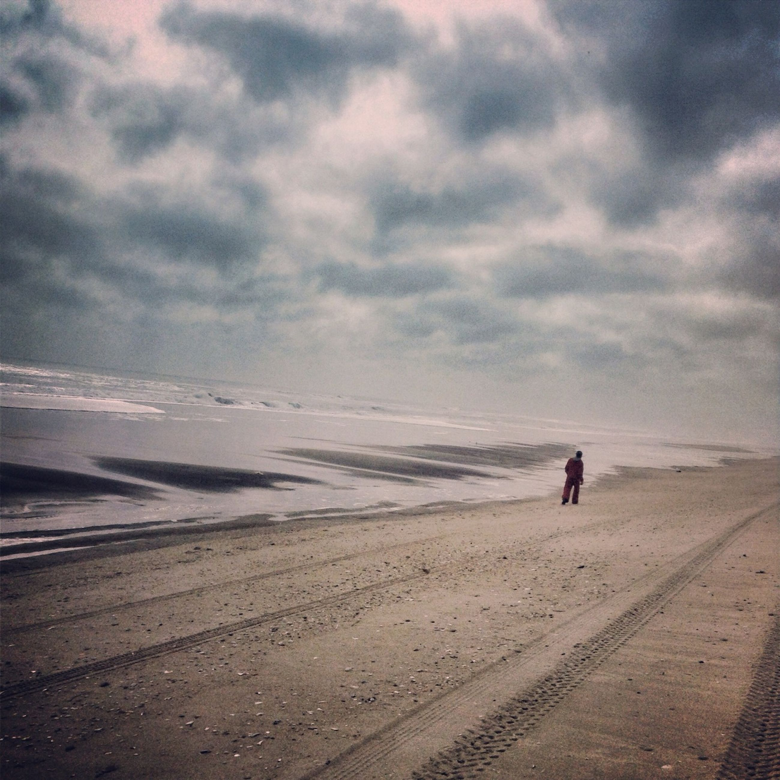 sky, beach, sand, cloud - sky, full length, leisure activity, lifestyles, walking, sea, cloudy, tranquil scene, tranquility, shore, men, scenics, beauty in nature, nature, silhouette