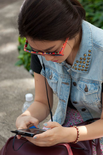 Street Fashion Texting Mobile Blogger Instagrammer Fashionblogger Listening To Music Phone Texting City City Life Fashion Honolulu, Hawaii Individuality Portraits Sidewalk Sunny Accessories Alohastate Apparel Beachwear Clothing Ethnic Honolulu  Islandstyle Multi Cultural Portrait Shoes Streetphotography Style Urban Young Adult