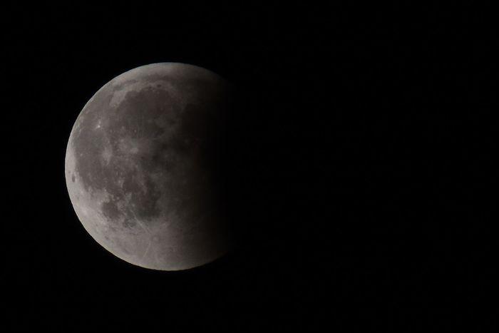 Das einzige Foto von der Mondfinsternis. Wochenlang klarer Himmel und ausgerechnet heute bewölkt. Als der Mond aus den Kernschatten trat, klarte es sich dann auf. 🙄 Mondfinsternis Lunar Eclipse Eclipse Astronomy Space Moon Half Moon Space Exploration Moon Surface Moonlight Discovery Planetary Moon Majestic Full Moon Space And Astronomy