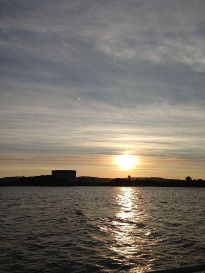 Seiler inn i solnedgangen over Oslofjorden