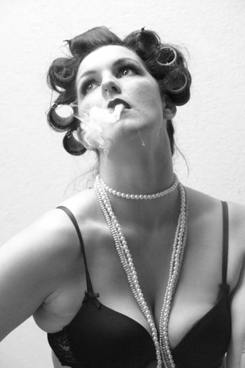 smoke Art Foto Beautiful Woman Black And White Curler Foto Art Lockenwickler Necklace One Person Portrait Real People Smoke Smoking Young Adult Young Women