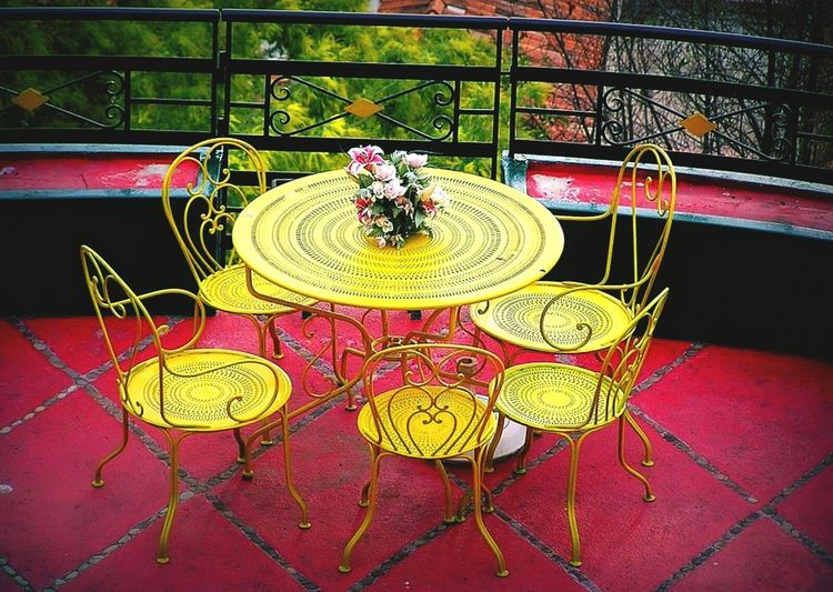 Table Jaune🌻 Rose Collection Couleur ďhiver Couleurs De La Provence Colors Of Life Urban Photography Pink Color Yellow Rose Yellow Photooftheday Photography Outdoors No People Day City Life Lifestyles