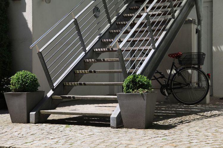 Fahrrad unter Treppe Bicicletta Fahrrad Velo