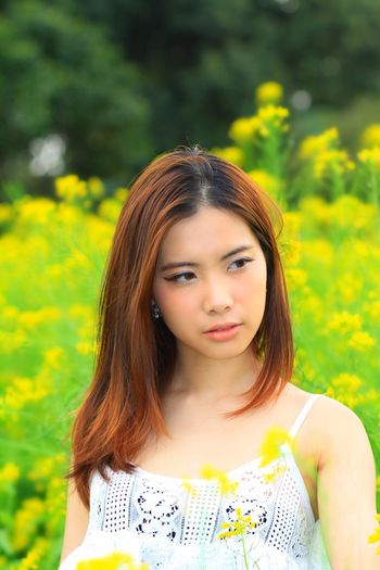 VivianLee - Beautiful Portrait And Nature Taking Photos Flowers Yellow Flower Outdoor Photography Beauty Modeling Happy Beauty In Nature Aspiring Model Taking Photos Lovely Portrait Of A Woman Portrait Photography Pose outdoor photography portrait