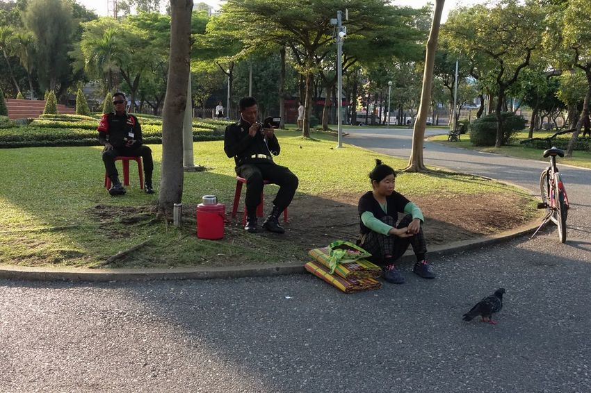 Street Photography Real People Tree Women Outdoors People Streetphotography Sony RX100 IV