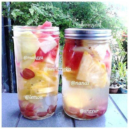 always jatuh cinta with Infusedwater apalagi pake Masonjar from @food_vintage ini ♡ bikin tambah semangat bikinnya … xixixi … thank you @food_vintage ♥ … • Semangka • Nanas • mangga • anggur • lemon nyummiihhh ~ ヽ(^。^)ノ molome