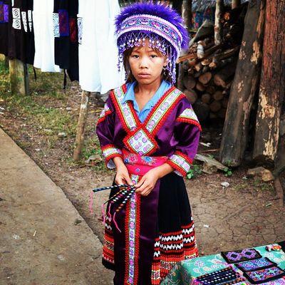 Na semana da criança, um pouco das que encontramos pelo mundo. Fofas! ♡ - Luangphrabang, no Laos, com trajes típicos. 30trips VoltaAoMundo Rtw Laos asia travel travelers trip
